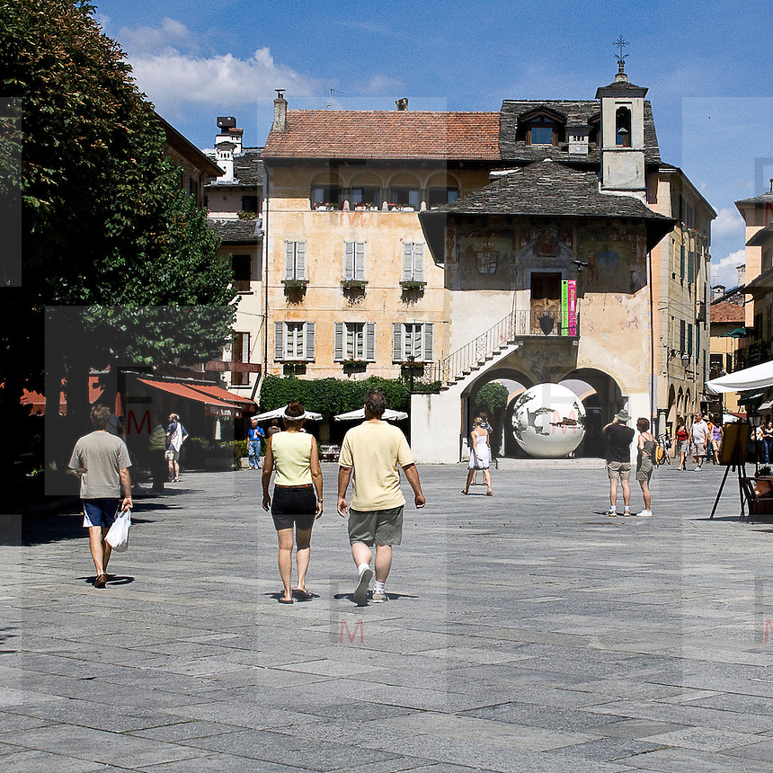 """Piazza Motta, la piazza principale di Orta San Giulio. Sullo sfondo il palazzo della comunità o Broletto<br /> <br /> Piazza Motta, main square in Orta San Giulio. In background """"Palazzo della Comunità"""" o Broletto"""