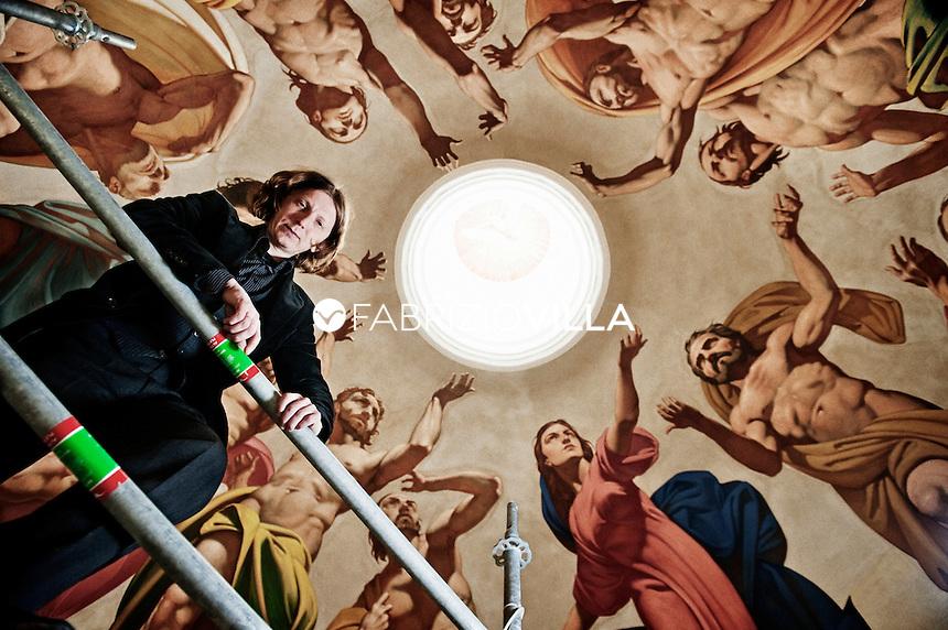 Oleg Supereco, il pittore russo che riporta l'arte cristiana in Sicilia. È lartista è staro incaricato di affrescare i pennacchi e la cupola della chiesa Madre di San Nicolò, la cattedrale di Noto crollata in una notte del 1996 e riconsegnata come nuova nel 2007. foto fabrizio villa