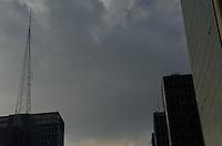 SAO PAULO, 20 DE FEVEREIRO DE 2013. - CLIMA TEMPO SP - Nuvens carregadas sao vistas na tarde desta quarta feira, 20, regiao central da capital. (FOTO: ALEXANDRE MOREIRA / BRAZIL PHOTO PRESS)