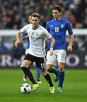FUSSBALL INTERNATIONAL TESTSPIEL IN DER ALLIANZ ARENA MUENCHEN Deutschland - Italien    29.03.2016  Marco Reus (li, Deutschland) enteilt Riccardo Montolivo (re, Italien)