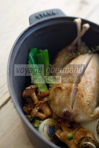 """Europe/France/Rhone-Alpes/73/Savoie/St-Marcel: restaurant """"La Bouitte"""" Perdreau en cocotte, oignonss cébetets, hachis de girolles recette de René Meilleur"""