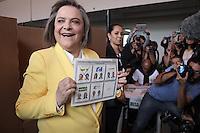 BOGOTÁ -COLOMBIA. 25-05-2014. Clara López Obregón candidata presidencial por el  Polo Democrático Alternativomuestra su voto durante la jornada de elecciones Presidenciales en en Colombia que se realizan hoy 25 de mayo de 2014 en todo el país./ Clara Lopez Obregon presidential colombian canditate by Alternative Democratic Pole party shows her vote during the day of Presidential elections in Colombia that made today May 25, 2014 across the country. Photo: VizzorImage / Campaña Clara López