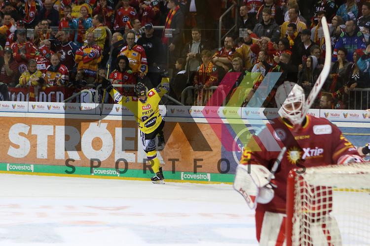 Krefelds DanielPietta (Nr.86)  jubelt, Duesseldorfs Goalie Mathias Niederberger (Nr.35)  nicht beim Spiel in der DEL, Duesseldorfer EG (rot) - Krefeld Pinguine (gelb).<br /> <br /> Foto © PIX-Sportfotos *** Foto ist honorarpflichtig! *** Auf Anfrage in hoeherer Qualitaet/Aufloesung. Belegexemplar erbeten. Veroeffentlichung ausschliesslich fuer journalistisch-publizistische Zwecke. For editorial use only.