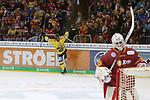 Krefelds Daniel&nbsp;Pietta (Nr.86)  jubelt, Duesseldorfs Goalie Mathias Niederberger (Nr.35)  nicht beim Spiel in der DEL, Duesseldorfer EG (rot) - Krefeld Pinguine (gelb).<br /> <br /> Foto &copy; PIX-Sportfotos *** Foto ist honorarpflichtig! *** Auf Anfrage in hoeherer Qualitaet/Aufloesung. Belegexemplar erbeten. Veroeffentlichung ausschliesslich fuer journalistisch-publizistische Zwecke. For editorial use only.