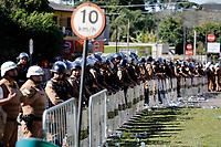 CURITIBA, PR, 26.06.2017 - PROTESTO-PR –  Servidores Municipais realizam protesto em frente a Ópera de Arame em Curitiba (PR) durante votação do projeto do prefeito Rafael Grega (PMN) na manhã desta segunda-feira (26). (Foto: Paulo Lisboa/Brazil Photo Press/Folhapress) CURITIBA, PR, 26.06.2017 - PROTESTO-PR – Servidores Municipais realizam protesto em frente a Ópera de Arame em Curitiba (PR) durante votação do projeto do prefeito Rafael Grega (PMN) na manhã desta segunda-feira (26). (Foto: Paulo Lisboa/Brazil Photo Press)