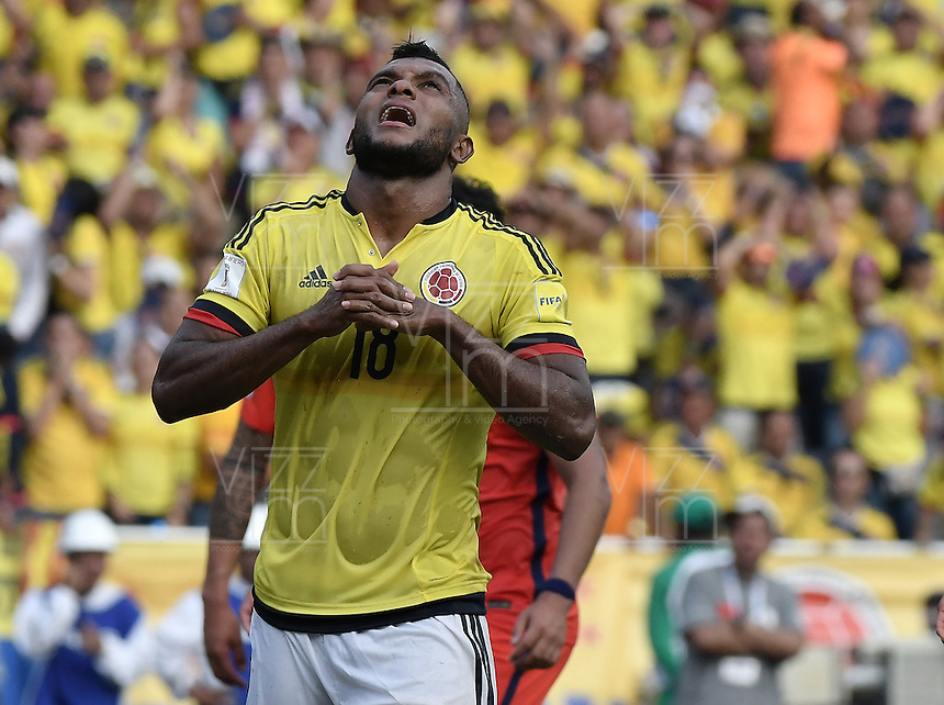 BARRANQUILLA - COLOMBIA - 10-11-2016:  Miguel Borja jugador de Colombia lamenta fallar una opción de gol durante partido entre Colombia y Chile por la fecha 11 de la clasificatoria a la Copa Mundial de la FIFA Rusia 2018 jugado en el estadio Metropolitano Roberto Melendez en Barranquilla./ Miguel Borja player of Colombia laments lost a goal option during the match between Colombia and Chile for the date 11 of the qualifier to FIFA World Cup Russia 2018 played at Metropolitan stadium Roberto Melendez in Barranquilla. Photo: VizzorImage/ Gabriel Aponte / Staff