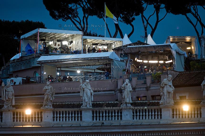 Oltre 5000 giornalisti, provenienti da tutto il mondo, si sono accreditati in Vaticano per seguire l'elezione del nuovo Papa trasformando Piazza San Pietro in un enorme studio televisivo..Postazioni private delle televisioni sulle terrazze con veduta su Piazza San Pietro.