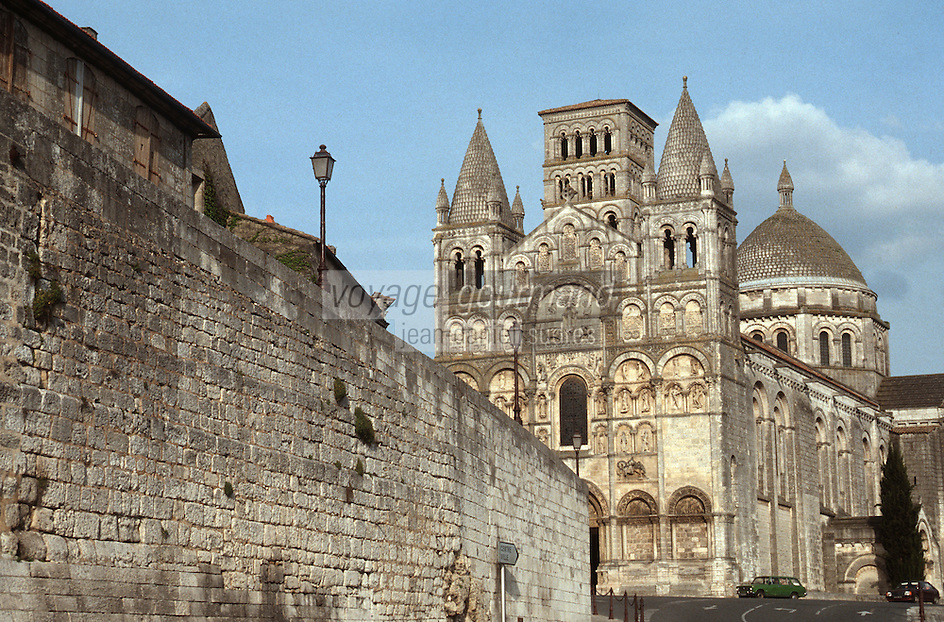 France/16/Charente/Angoulème: les remparts et la cathédrale Saint Pierre