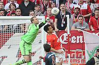 Manuel Neuer (Bayern) klaert gegen Shinji Okazaki (Mainz) - 1. FSV Mainz 05 vs. FC Bayern München, Coface Arena, 26. Spieltag