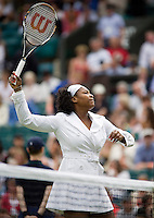 27-6-08, England, Wimbledon, Tennis, Serina Williams warming up in a white coat