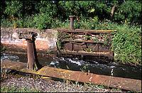 Abbiategrasso (Milano). Naviglio di Bereguardo, chiusa della conca Cabardani --- Abbiategrasso (Milan). Canal Naviglio di Bereguardo, the lock of a pound