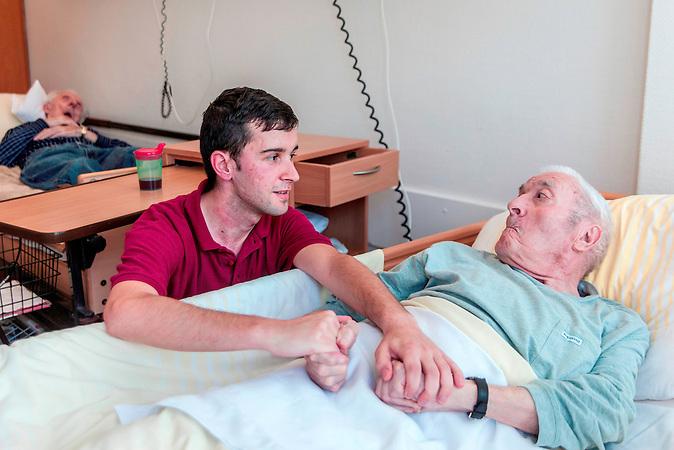 Attila Kis, 23, aus dem rumänischen Targu Mures, arbeitet seit einem Jahr als Pflegekraft bei den städtischen Seniorendiensten in Mülheim an der Ruhr