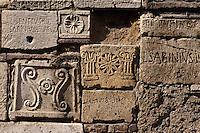 Italien, Toskana, Montepulciano, eingemauerte etruskische Urnen am Palazzo Bucelli