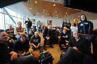 ALGEMEEN: SCHIPHOL: vlucht Sochi, pers en sporters wachten op vertrek, 17-03- 2013, copyright Martin de Jong