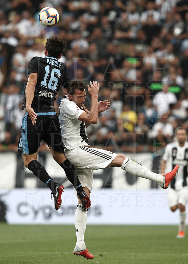 Calcio, Serie A: Juventus - Lazio, Torino, Allianz Stadium, 25 agosto, 2018.<br /> Juventus' Mario Mandzukic (r) in action with Lazio's Marco Parolo (l) during the Italian Serie A football match between Juventus and Lazio at Torino's Allianz stadium, August 25, 2018.<br /> UPDATE IMAGES PRESS/Isabella Bonotto