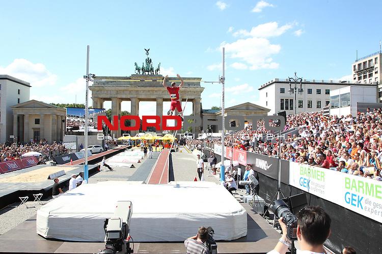 24.08.2013, Brandenburger Tor, Berlin, GER, Leichtathletik, Stabhochsprung, Weitsprung, im Bild <br /> <br />               <br /> Foto &copy; nph /  Schulz
