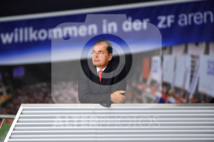 2310.2010, ZF Arena, Friedrichshafen, GER, Volleyball Bundesliga Maenner 2010/2011, VfB Friedrichshafen vs. Moerser SC 3:0, im Bild Stelian Moculescu (Trainer VfB Friedrichshafen) waehrend des Spiels. Foto © nph /  Conny Kurth