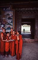 Asia, Buthan, Bunthang, Bunthang Dzongkhag,monks
