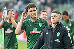15.04.2018, Weser Stadion, Bremen, GER, 1.FBL, Werder Bremen vs RB Leibzig, im Bild<br /> <br /> Dank an die Fans nach dem Spiel <br /> Milos Veljkovic (Werder Bremen #13)<br /> <br /> Milot Rashica (Werder Bremen #11)<br /> <br /> Foto &copy; nordphoto / Kokenge
