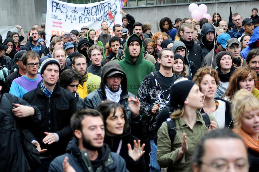 """Une manifestation a été organisée en clôture du Camp No Border, le samedi 2 octobre, dans le centre de Bruxelles, en solidarité avec """"les sans-papiers ainsi que tous ceux qui subissent la répression liée au régime des frontières"""" (porte parole No Border)"""