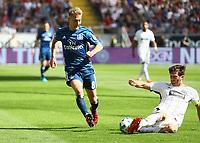 David Abraham (Eintracht Frankfurt) klaert gegen Lewis Holtby (Hamburger SV) - 05.05.2018: Eintracht Frankfurt vs. Hamburger SV, Commerzbank Arena, 33. Spieltag Bundesliga