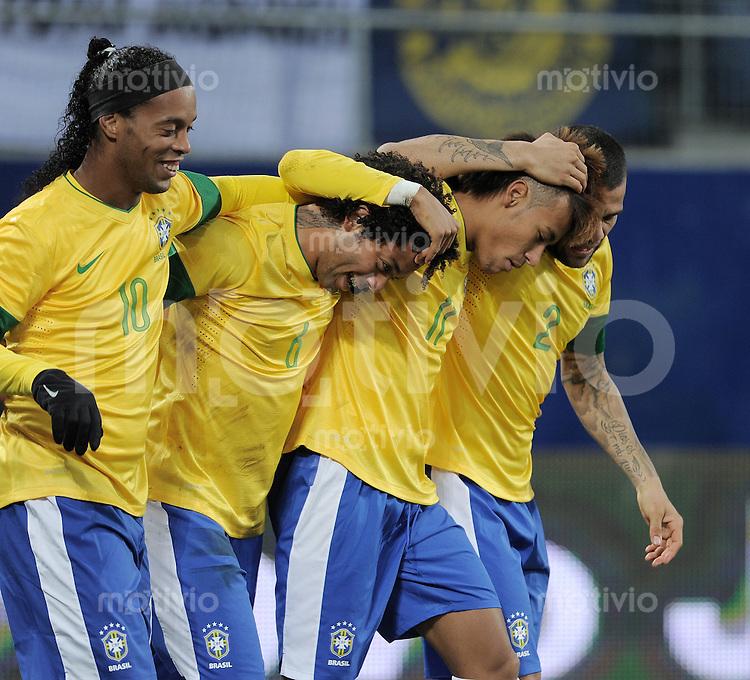 FUSSBALL INTERNATIONAL   Freundschaftsspiel  28.02.2012 Brasilien - Bosnien-Herzegowina JUBEL Brasilien nach dem Tor zum 1-0; Ronaldinho, Torschuetze Marcelo, Neymar und Daniel Alves (v.li.) umarmen sich.