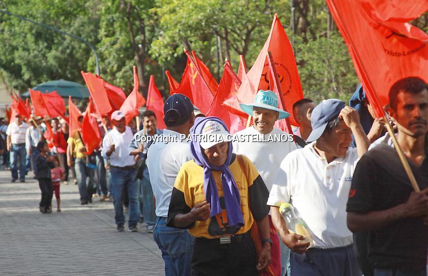 Oaxaca de Ju&aacute;rez, Oax. 07/06/2016.- Encabezada por el secretario general de la secci&oacute;n 22 adherida a la Coordinadora Nacional de Trabajadores de la Educaci&oacute;n (CNTE), Rub&eacute;n N&uacute;&ntilde;ez Gin&eacute;s, este martes se llev&oacute; a cabo una marcha en exigencia de la liberaci&oacute;n de los  25 presos pol&iacute;ticos oaxaque&ntilde;os (8 de ellos recluidos en penales de alta seguridad) que fueran detenidos el  7 de junio del 2015 por diversos cargos en su contra.<br />  <br /> Cabe destacar que mientras el mitin se realizaba en el kiosco del z&oacute;calo capitalino, donde tambi&eacute;n se encuentra el campamento principal del plant&oacute;n magisterial, un helic&oacute;ptero de la gendarmer&iacute;a sobrevolaba a muy baja altura la zona, acto que calificaron los docentes de provocaci&oacute;n y represi&oacute;n a su derecho a manifestarse.
