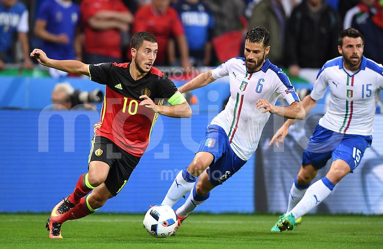 FUSSBALL EURO 2016 GRUPPE E IN LYON Belgien - Italien          13.06.2016 Eden Hazard (li, Belgien) gegen Antonio Candreva (Mitte) und Andrea Barzagli (re, beide Italien)