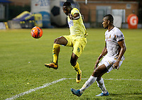 BUCARAMANGA-COLOMBIA-08-12-2016. Michael Balanta (Izq) jugador del Atlético Bucaramanga disputa el balón con Danovis Banguero (Der) jugador de Deportes Tolima durante partido de ida por la semifinal de la Liga Águila II 2016 jugado en el estadio Alfonso López de la ciudad de Bucaramanga./ Michael Balanta (L) player of Atletico Bucaramanga struggles the ball with Danovis Banguero (R) player of Deportes Tolima during first leg semifinal match of the Aguila League II 2016 played at Alfonso Lopez stadium in Bucaramanga city. Photo: VizzorImage / Duncan Bustamante / Cont