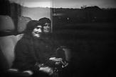 Sonntagsausflug im Morgengrauen. Zwei Frauen auf dem Weg von Shkodra nach Lezha. Der Zug bleibt unbeleuchtet.