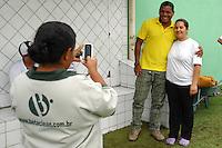 BARUERI, SP - 18.01.2012 – JOGO TREINO – Vampeta, ex- jogador e agora coordenador do Gremio Osasco, tira fotos com funcionarias do Gremio Barueri. Nesta quarta-feira (18) a tarde as equipe do Gremio Barueri e Gremio Osasco participaram de um jogo treino, no Centro de Treinamento da Vila Porto em Barueri, na Grande SP. O jogo acabou empatado em 1 a 1, os gols foram marcados por Marcelinho (Barueri) e Luciano (Osasco). (Foto: Renato Silvestre/NewsFree)