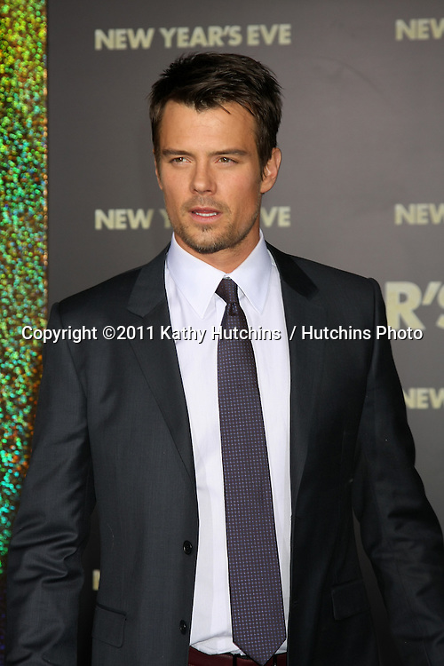 "LOS ANGELES - DEC 5:  Josh Duhamel arrives at the ""New Year's Eve"" World Premiere at Graumans Chinese Theater on December 5, 2011 in Los Angeles, CA"