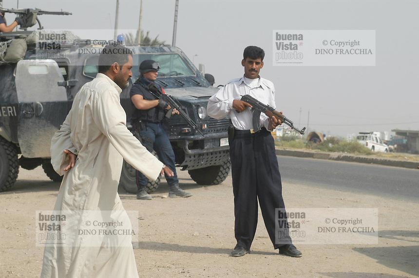 - membri della nuova polizia irachena addestrata dai militari italiani controllano le strade intorno alla città di Nassiriya....- members of the new Iraqui police, trained by the Italian soldiers, control the roads around to the city of Nassiriya