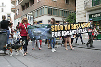 NAPOLI,ITALIA, 15.07.2016 - PROTESTO-NAPOLI - Marcha contra o abandono de animais nas ruas da região central de Napoli na Italia nesta sexta-feira, 15. (Foto: Salvatori Esposito/Brazil Photo Press)