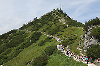 Touristen auf dem Wanderweg auf die Spitze des Jenner in den Alpen bei Berchtesgaden - Berchtesgaden 17.07.2019: Fahrt auf den Jenner