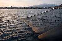 """Europe/France/Aquitaine/64/Pyrénées-Atlantiques/Pays Basque/Saint-Jean-de-Luz:  le Thonier Canneur """"Aïrosa"""" lève ses filets  pour la pêche à la sardine  qui va servir d'appat  vivant (petia) pour la pêche au thon à la canne"""