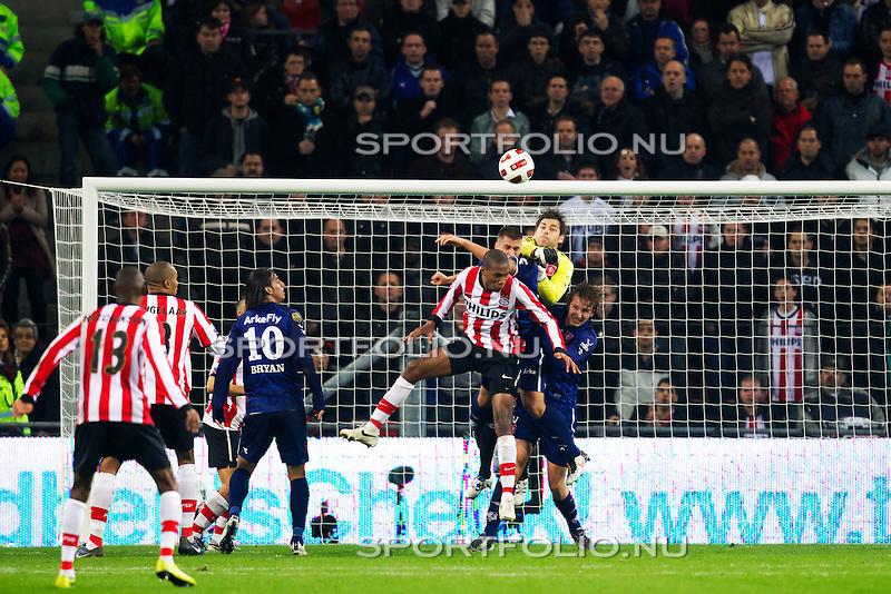 Nederland, 30 oktober 2010.Eredivisie.Seizoen 2010-2011.PSV-FC Twente (0-1).Sander Boschker van FC Twente in duel om de bal met Atiba Hutchinson