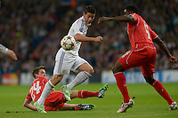 MADRID - ESPAÑA - 04-11-2014: James Rodriguez (Cent.) jugador de Real Madrid de España, disputa el balon con Joe Allen (Izq.) y Kole Touré (Der.) jugadores de Liverpool de Inglaterra durante partido del la UEFA Liga de Campeones, Real Madrid  y Liverpool en el estadio Santiago Bernabeu de la ciudad de Madrid, España. / James Rodriguez (C) player of Real Madrid of Spain vies for the ball with Joe Allen (L) and Kole Touré (R) players of Liverpool of England, during a match between Real Madrid and Liverpool for the UEFA Champions League in the Santiago Bernabeu stadium in Madrid, Spain  Photo: Asnerp / Patricio Realpe / VizzorImage.