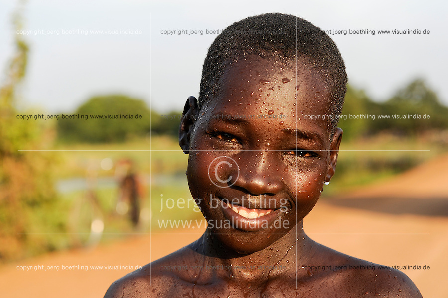 SOUTH SUDAN Lakes state Rumbek, boy with water drops in face / SUED SUDAN, Junge mit Wassertropfen im Gesicht