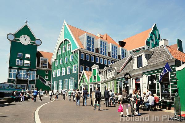 Nederland Zaandam 2016. Het vernieuwde centrum van Zaandam. Winkels bij de ingang van het station en het Stadhuis. Foto Berlinda van Dam / Hollandse Hoogte