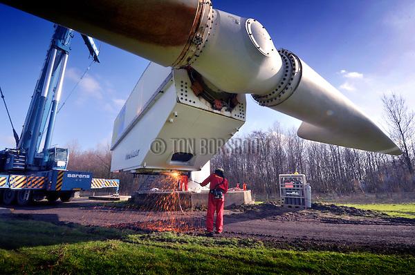 LELYSTAD - Langs de IJsselmeerdijk bij Lelystad is Van Vliet Sloopwerken begonnen met de ontmanteling van het Harry van den Kroonenberg- windpark. In opdracht van Nuon worden 18 windmolens gedemonteerd, waarbij eerst de 35.000 kilo zware gondel met rotorbladen van de mast gehaald wordt, dan op de grond de houten wieken worden losgeschroefd, waarna de stalen mast wordt omgesneden. Het uit 1997 daterende park dat bestond uit ouderwetse tweewiekers van 750 kilowatt is sinds een blikseminslag in één van de rotorbladen in 2009 niet meer in gebruik. COPYRIGHT TON BORSBOOM