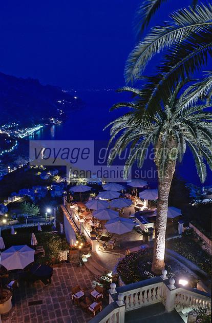 """Europe/Italie/Côte Amalfitaine/Ravello: Vue de nuit de la côte Amalfitaine vers Minori depuis les Jardins de l'hôtel """"Palazzo Sasso"""""""