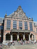 Groningen. Studenten zittten op de trappen van het Academiegebouw