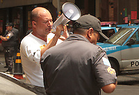 RIO DE JANEIRO, RJ, 30.09.2013 - MOVIMENTAÇÃO DOS PROFESSORES EM TORNO DA CAMARA MUNICIPAL - Movimentação antes do  ato dos professores do município contra a desocupação de forma truculenta e sem mandato judicial por parte da polícia na noite deste sábado (28), a Polícia Militar do Rio de Janeiro realizou a desocupação da Câmara dos Vereadores, que estava ocupada desde a última quinta-feira pelos professores e profissionais da educação, segunda 30. (Foto: Levy Ribeiro / Brazil  Photo Press)