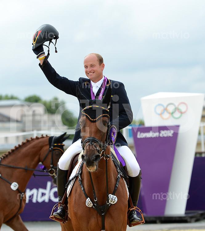 Olympia 2012 London  Reiten Vielseitigkeit  31.07.2012 Siegerehrung:   Doppel-Olympiasieger Michael Jung (Deutschland) gewinnt Gold in der Einzel- und Mannschaftwertung mit Sam
