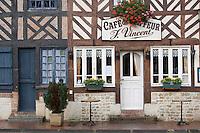 Europe/France/Normandie/Basse-Normandie/14/Calvados/ Pays d'Auge/Beuvron-en-Auge: maisons à colombage et café du coiffeur