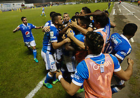 FLORIDABLANCA - COLOMBIA -31-05-2017: Jugadores del Millonarios Celebran después de anotar un gol a Atlético Bucaramanga durante partido de ida por los cuartos de final de la Liga Águila I 2017 jugado en el estadio Álvaro Gómez Hurtado de la ciudad de Floridablanca. / Players of Millonarios celebrate after scoring a goal to Atletico Bucaramanga during first leg match for the final quaters of the Aguila League I 2017played at Alvaro Gomez Hurtado stadium in Floridablanca city. Photo: VizzorImage / Óscar Martínez / Cont