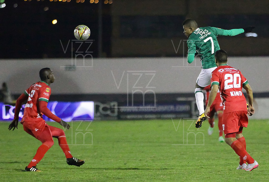 TUNJA -COLOMBIA, 12-03-2016. Jhon Cano (Der) jugador de Patriotas FC disputa el balón con Harold Preciado (arriba) jugador de Deportivo Cali durante partido por la fecha 9 de la Liga Águila I 2016 realizado en el estadio La Independencia en Tunja./ Jhon Cano (R) player of Patriotas FC fights for the ball with Harold Preciado (Up) player of Deportivo Cali during match for the date 9 of Aguila League I 2016 at La Independencia stadium in Tunja. Photo: VizzorImage/
