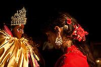 Francia, Camargue, Saintes Maries de la mer: la festa gitana in onore di Santa Sara la Nera, che si tiene ogni anno il 24 e 25 maggio. Il rituale prevede il trasporto della statua della santa dal mare alla terraferma e poi festeggiamenti con canti e balli. Nell'immagine: una donna prega di fronte alla statua di Santa Sara la nera.<br /> Feast of the Gypsies, May 25 veneration of Saint Sarah the black Saintes Maries de la Mer, Camargue,