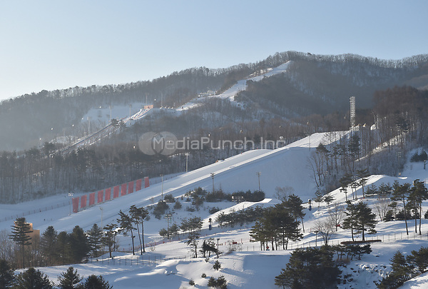 The morning atmospher over the tracks and buildings of the Olympic Snowboard Phoenix Snow Park in Pyeongchang, South Korea, 07 February 2018. The Pyeongchang 2018 Winter Olympics take place between 09 and 25 February. Photo: Angelika Warmuth/dpa /MediaPunch ***FOR USA ONLY***